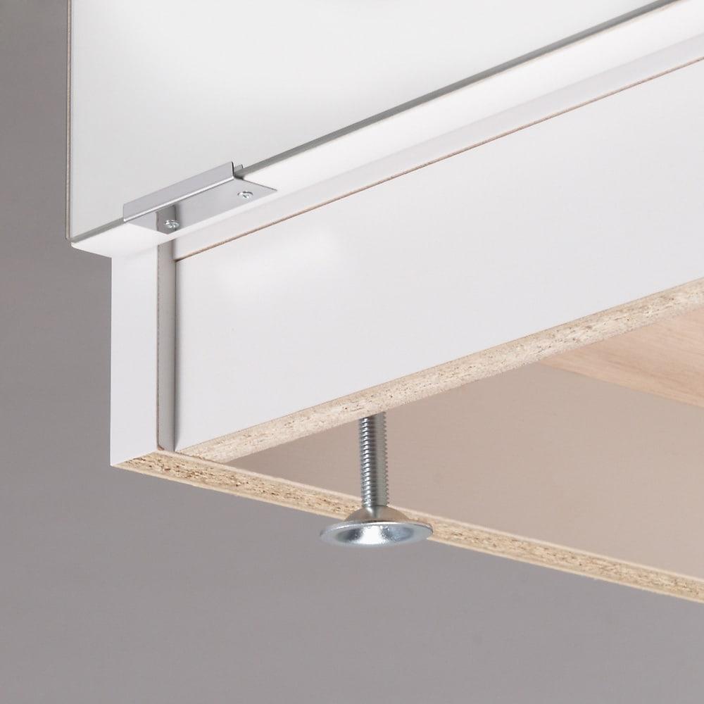 前面ミラー&板戸シューズボックス ミドルタイプ・幅89.5 高さ93cm 水はけよくするために玄関は傾斜がついているもの。アジャスターで調整することで本体を水平に調整できます。