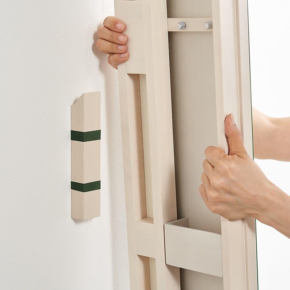 壁掛けなのに角度が変えられる 玄関ミラー (姿見) 幅20cm・高さ150cm 壁に取付部品(ドッコ)を付属のクロスピンもしくは木ネジで取り付けた後、そこへ上からはめ込むようにして鏡を設置します。