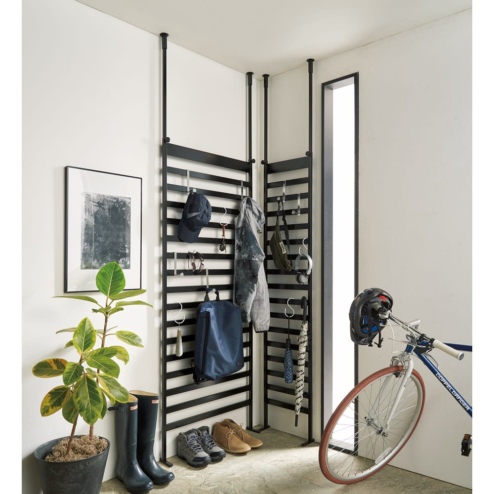 玄関をおしゃれに飾れる 天井突っ張り壁面ディスプレイハンガー 幅62cm 使用イメージ(イ)ブラック 棚の置けないコーナーも収納スペースとして活用できます。 ※お届けは幅62cmのみになります。