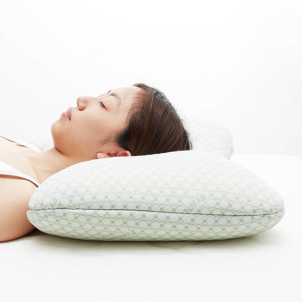 フランスベッドホテル仕様の低反発枕 寝返りが打ちやすいショルダーフィット構造。