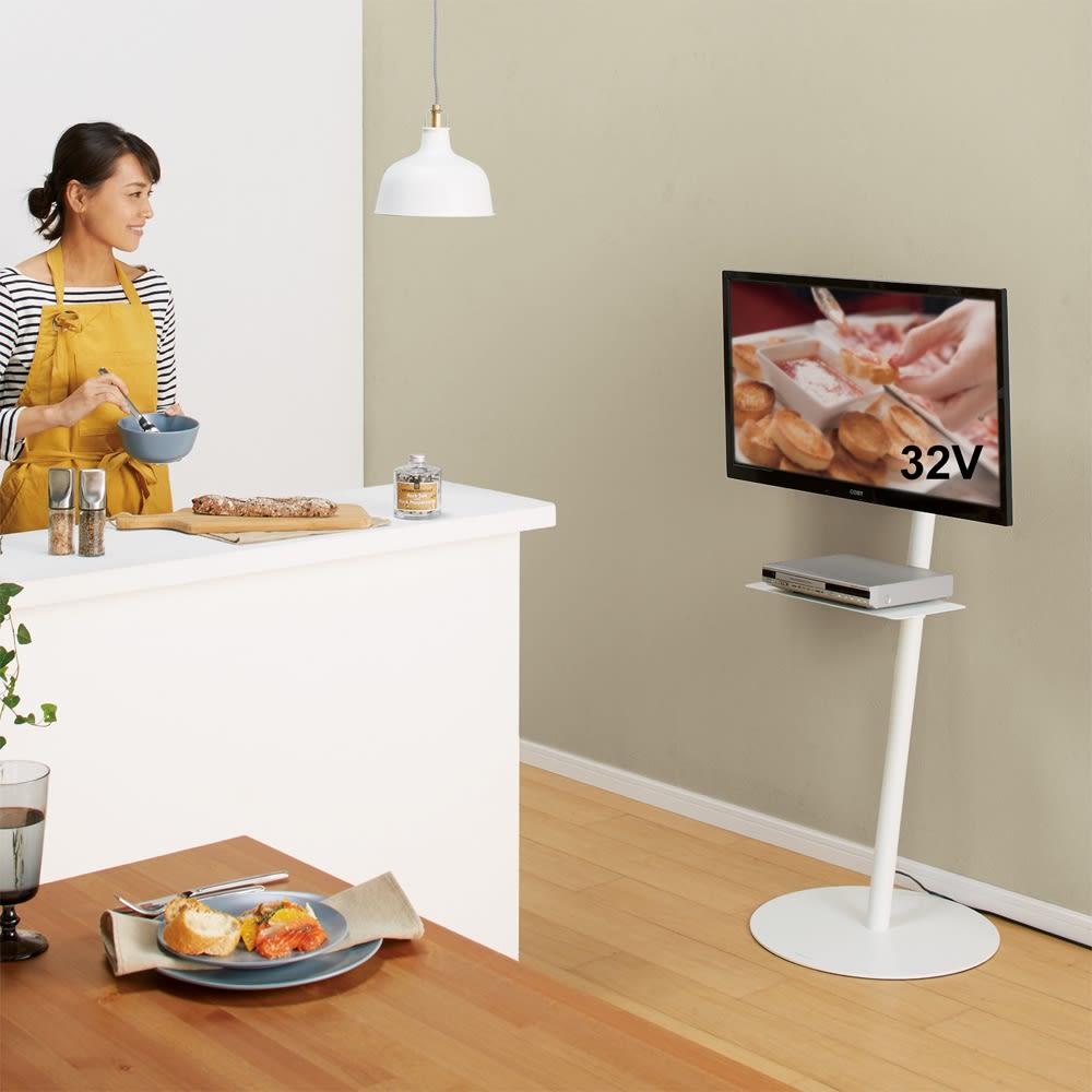 スマートテレビスタンド ハイタイプ(24~45V対応) 使用イメージ(イ)ホワイト レシピ動画を観ながらパーティーの準備。 ※棚板は別売りの『ハイタイプ対応 デッキ用棚板』を使用しています。