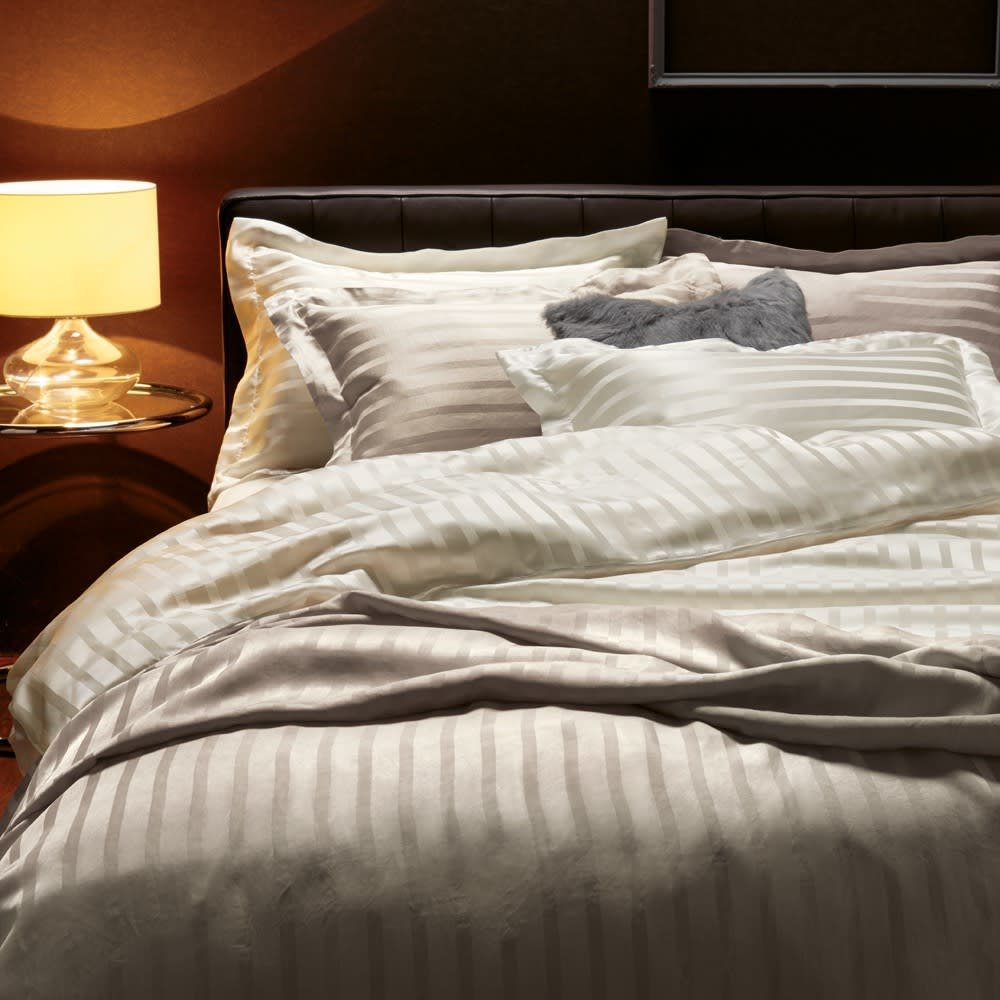 オールシルクシリーズ サテン織り掛けカバー グレージュ トレンド感のあるグレージュ!ホワイトと合わせてコーディネートを楽しむのも◎ ※お届けは掛けカバーになります。