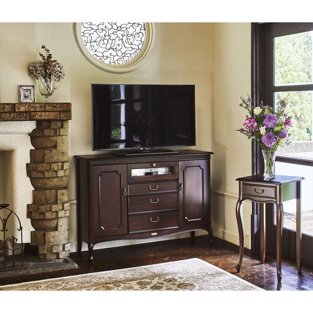 クラシカルロイヤル ケントハウスシリーズ ミドルテレビボード コーディネート例 英国調のアンティーク家具のような重厚感ある佇まい。お部屋を格調高い雰囲気に導きます。 ※お届けは写真左のミドルボードです。