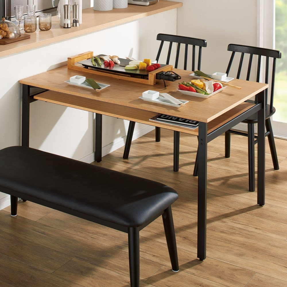 おうちの時間が快適になるオーク天然木ブルックリンダイニングシリーズ テーブル・幅120cm 中央の2口コンセントで電子調理器も活躍。 ※お届けはテーブル幅120cmです。