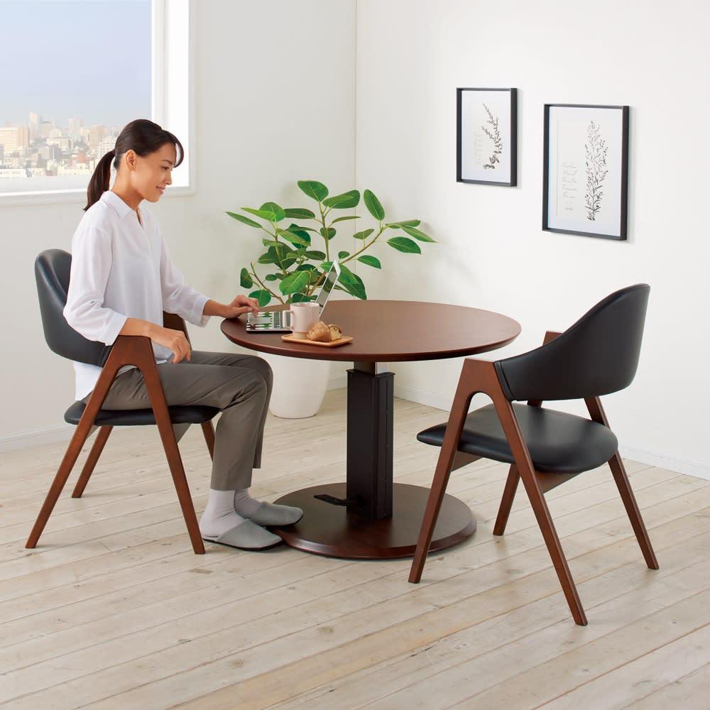 高さ自由自在 カフェスタイルダイニング 3点セット(昇降テーブル 径90ダークブラウン+ラウンジチェア×2)  コーディネート例(イ)(座部)ブラック(脚部)ダークブラウン ※テーブル高さ60cmで撮影 MIDDLE