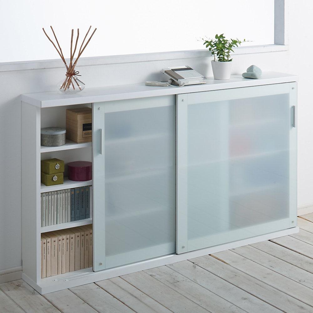 収納物の見やすい ガラス戸カウンター下収納庫 引き戸・幅150cm 省スペースでも使用できる引き戸なので、扉の開閉に場所を取らずデットスペースを有効活用できます。