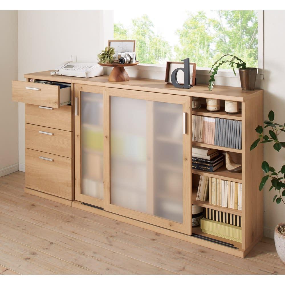 ほんのり透けるカウンターシリーズ 引き戸 幅120cm リビング収納、書棚、電話台、FAX台などに。コーディネート例(ア)ナチュラルオーク
