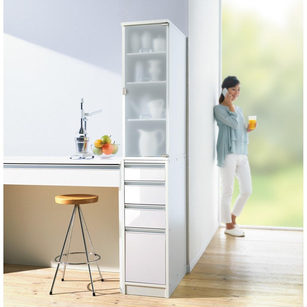 上品な清潔感のあるアクリル扉のキッチンすき間収納 幅30cm・奥行55cm ミストアクリルの扉は清潔感たっぷりです。