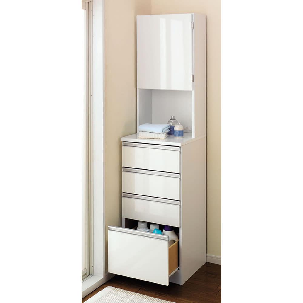 水回りでも安心の光沢洗面所チェスト 扉付きハイタイプ・幅44.5cm 狭い洗面所収納には圧迫感のないホワイト色。 清潔感があるもの魅力です。