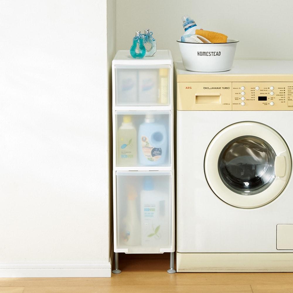段差がまたげる隙間収納 アジャスター付きストッカー ワイド中2深1 幅25.5高さ92cm 幅25.5cmは洗濯機周りのボトル洗剤や詰め替え用のパックもたくさん収納できます。
