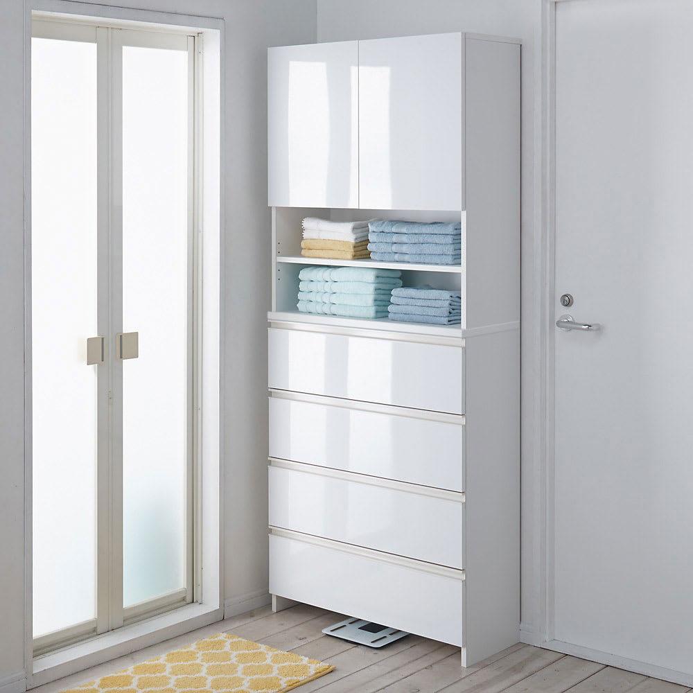 スペースに合わせて奥行が選べるサニタリーチェスト 奥行31cm・幅75cm 扉・引出しを閉じれば清潔感あふれる光沢感が際立ちます。