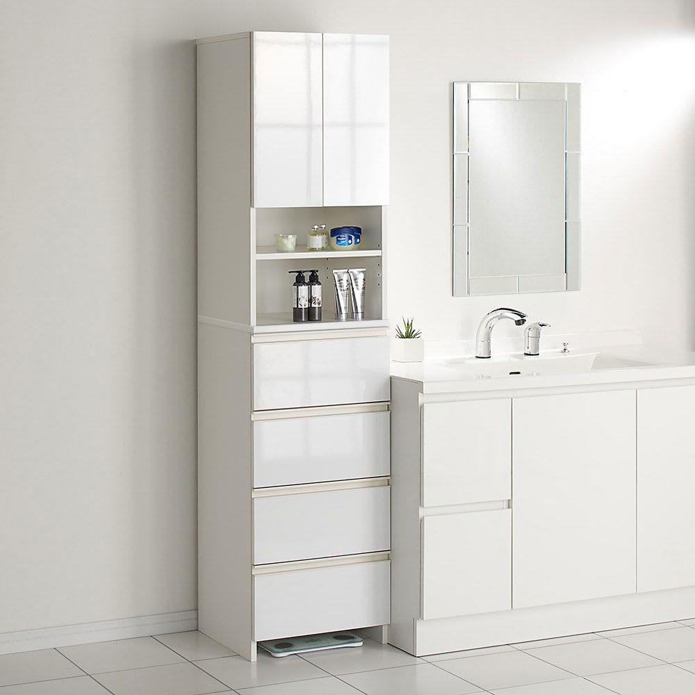 スペースに合わせて奥行が選べるサニタリーチェスト 奥行41cm・幅45cm 洗面台脇にもぴったり馴染む。扉・引出しを閉じれば清潔感あふれる光沢感が際立ちます。