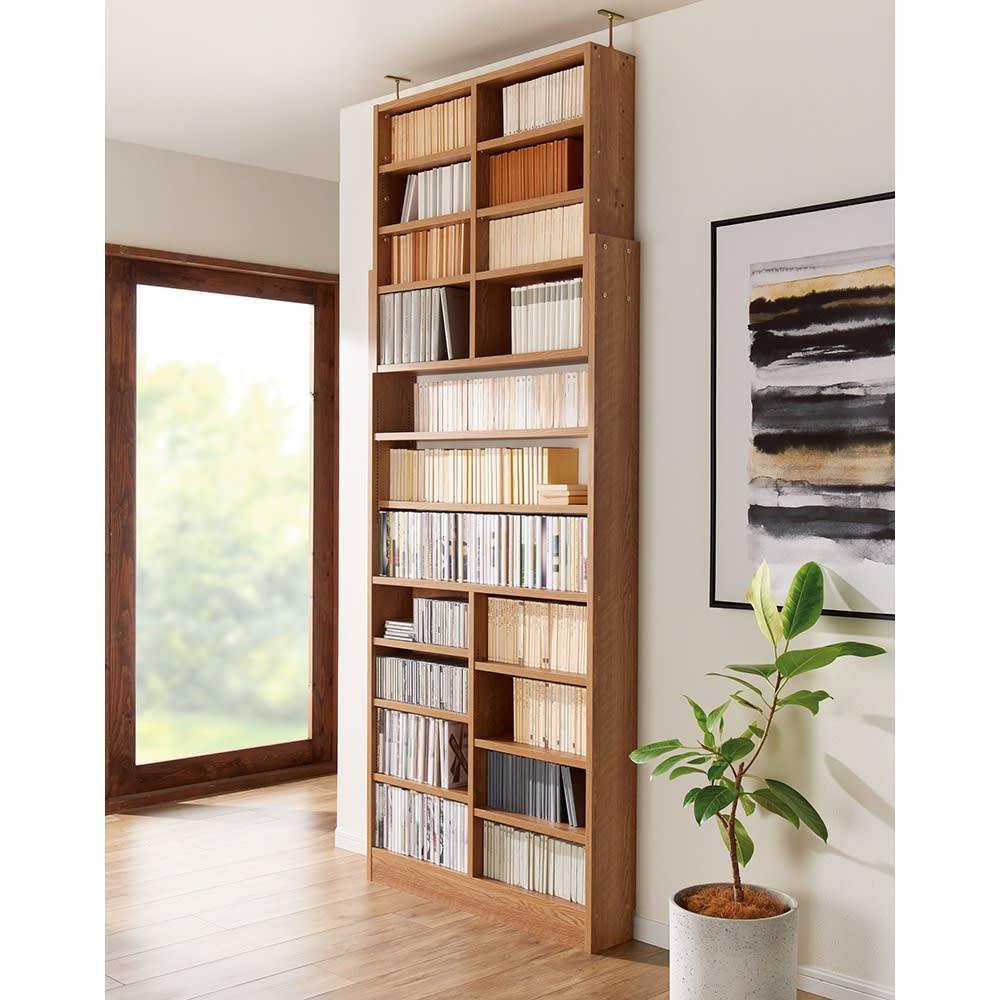 1台で壁いっぱいに本を収納!本好きのための壁面つっぱり本棚 本体幅90奥行17cm コーディネート例(ア)ブラウン(木目調) ※写真の天井高さ235cm