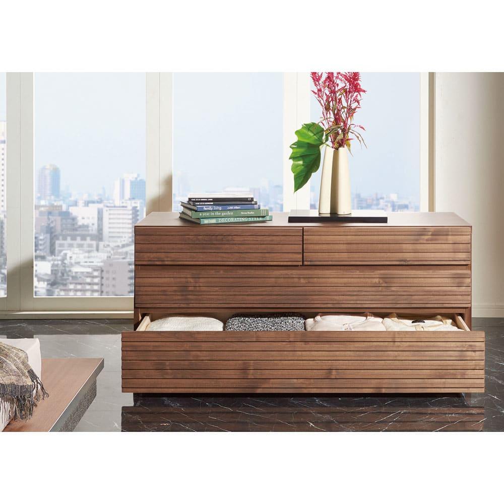 天然木横格子柄のローチェスト 幅120cm・3段 (使用イメージ)
