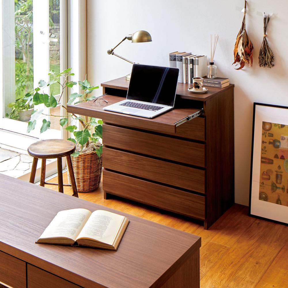 テレワークにもおすすめ スライドテーブル付きチェスト 幅60cm・奥行34.5cm 使用イメージ(ア)ダークブラウン スライドテーブルを引き出せばデスクに。パソコンはノートPC、デスクトップ型のキーボードにも対応します。 ※写真は幅80cm・奥行44.5cmタイプです。