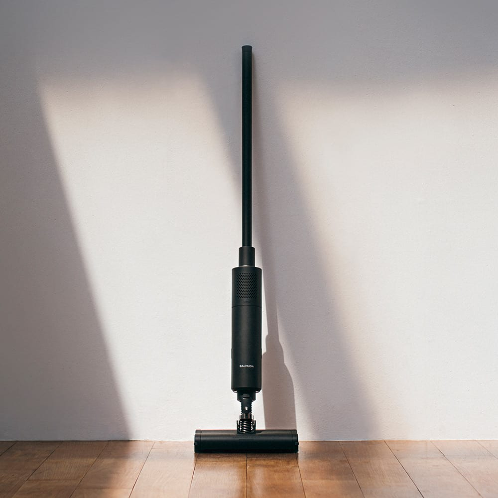 BALMUDA The Cleaner 取っ手のラバーですべらず、壁に立てかけて収納可能。