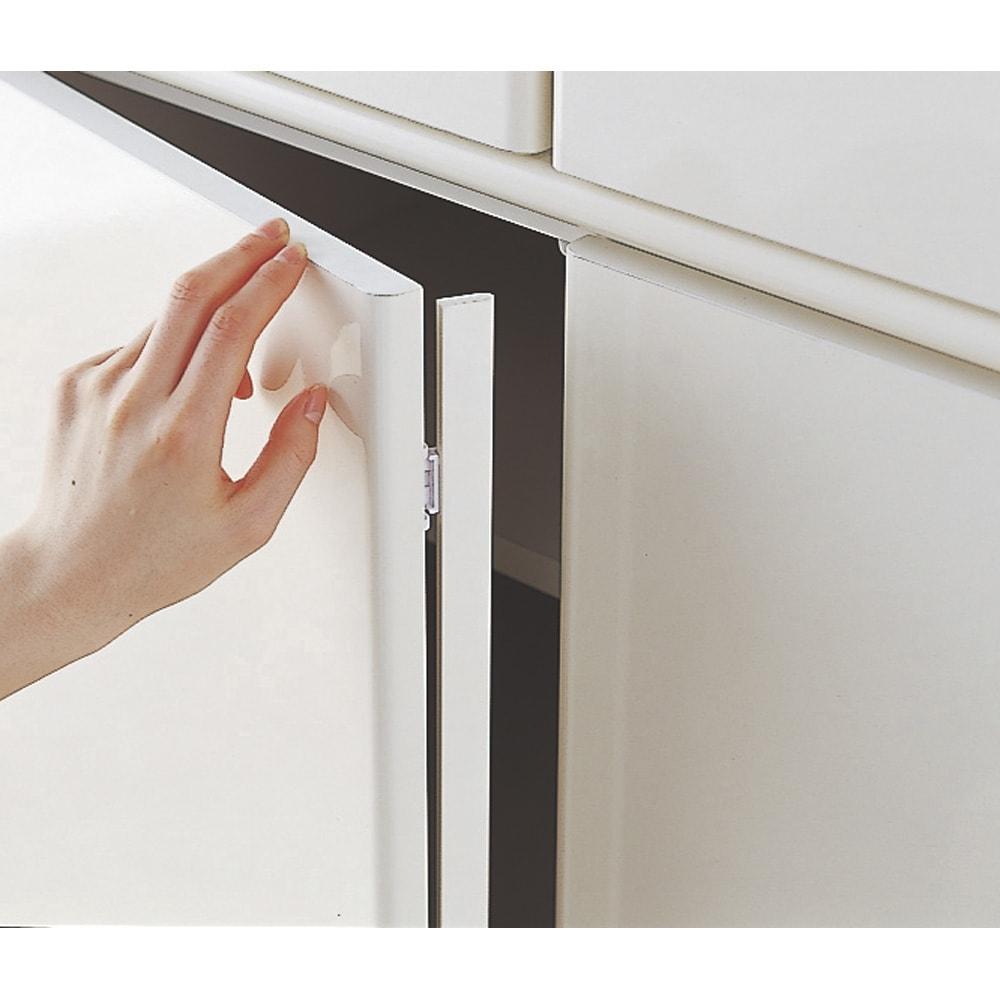 壁面間仕切りワードローブ ハンガーラック2段・幅60cm 防塵フラップでホコリの侵入を防ぎます。