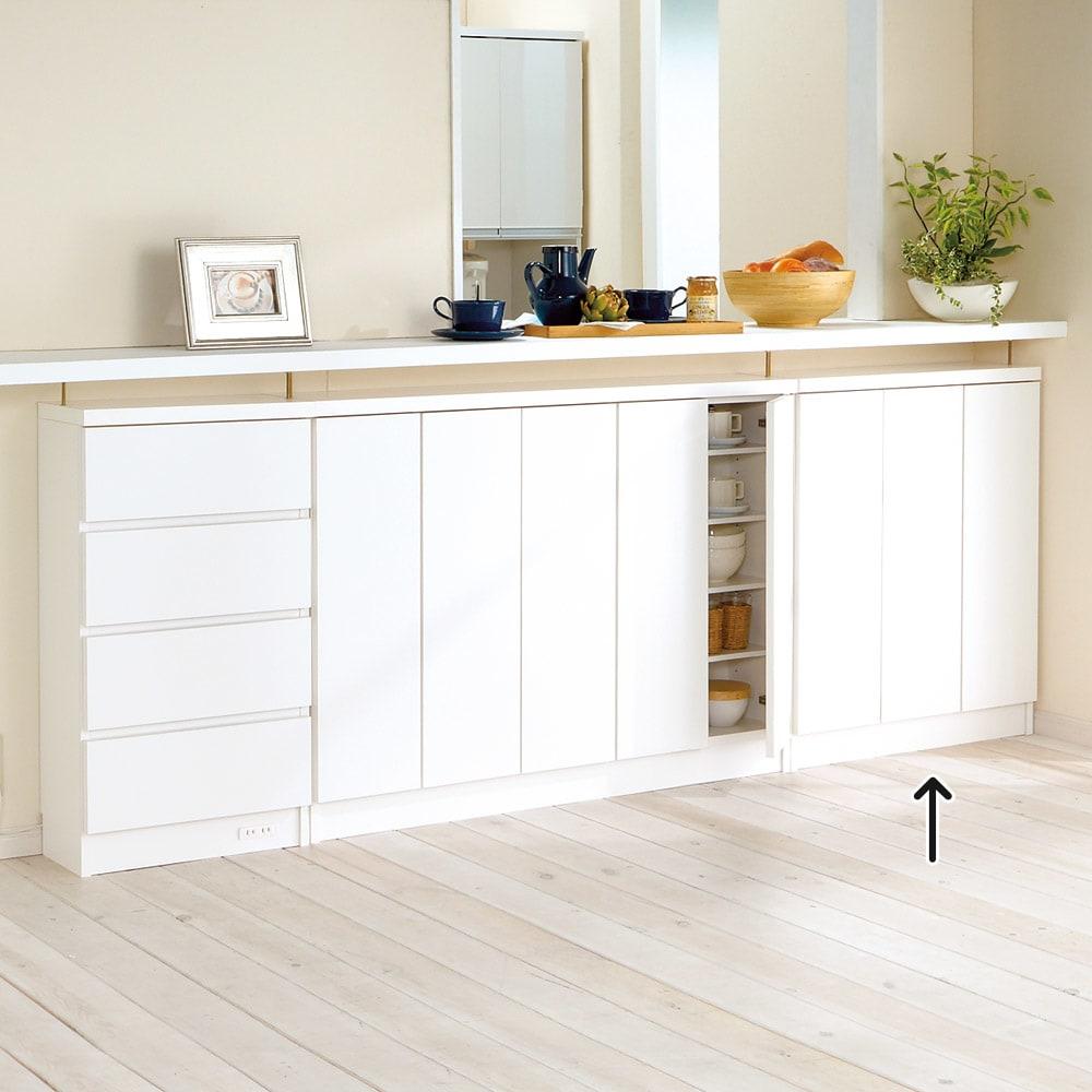 シンプルカウンター下収納庫(奥行22高さ87cm) 3枚扉タイプ 幅73cm コーディネート例(ア)ホワイト 可動棚板8枚付き。可動棚は3cm間隔で21段調節が可能です。