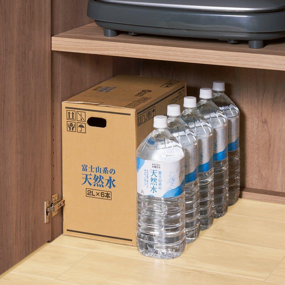 食器からストックまで入るキッチンパントリー収納庫 幅75奥行55cm 2Lのペットボトルが5列入る奥行き。大型のホットプレートもすっぽり納まります。
