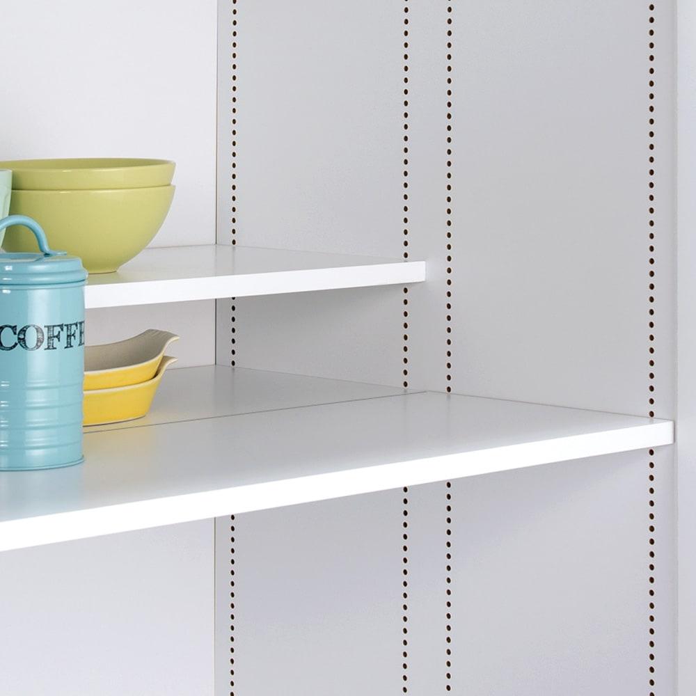 食器からストックまで入るキッチンパントリー収納庫 幅75奥行55cm 上部の前後で高さが変えられるハーフ棚は1cm間隔で調整できます。