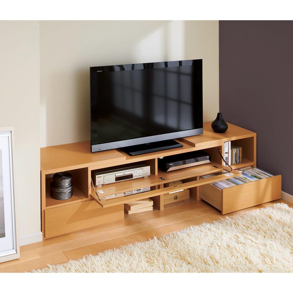 すっきり、ぴったりが心地よい伸縮式テレビ台スイングローボード オープンタイプ幅148.5~283cm 壁と家具や柱の間にも伸長させてぴったり設置できます。 ※写真は幅123~234cm扉付きタイプです。