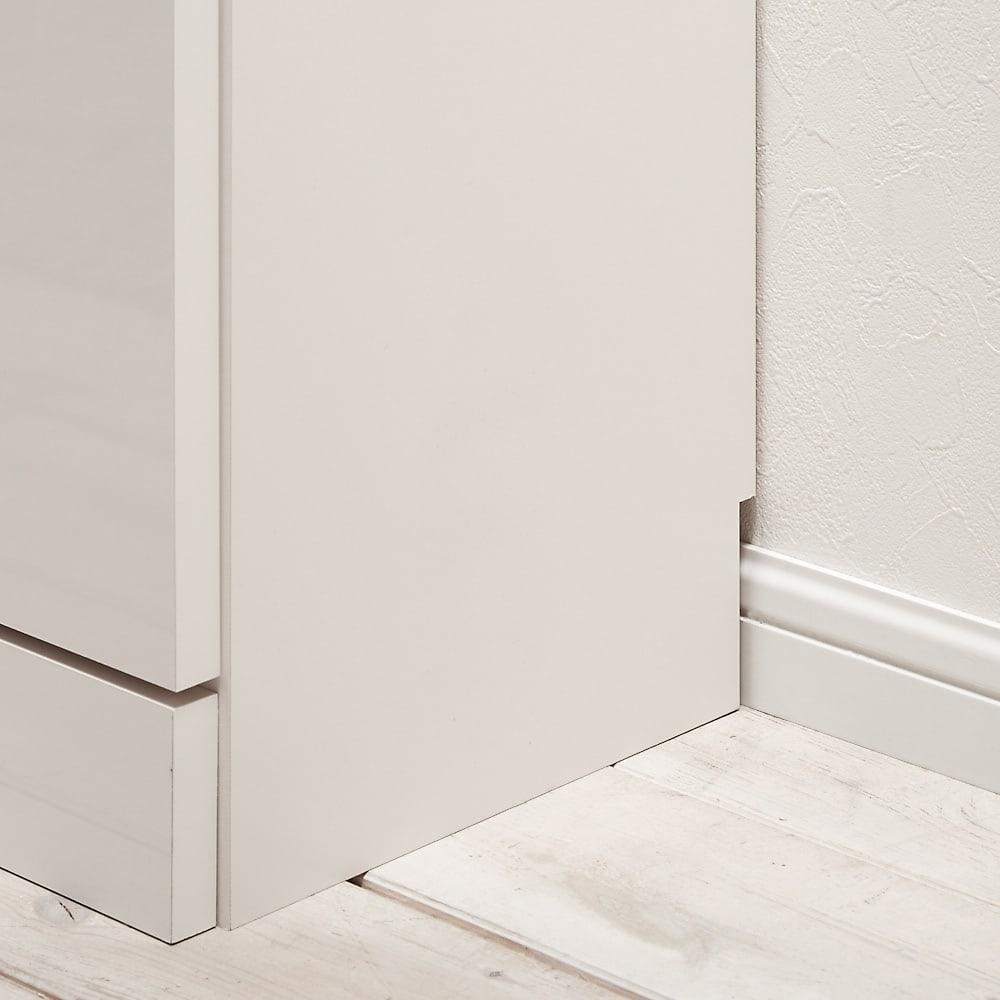 【完成品】LED付きギャラリー収納本棚 幅120奥行29.5cm 4枚扉タイプ 背板には1×8cmの幅木よけがついています。ご自宅の幅木も気にせず壁にきれいに付けられます。
