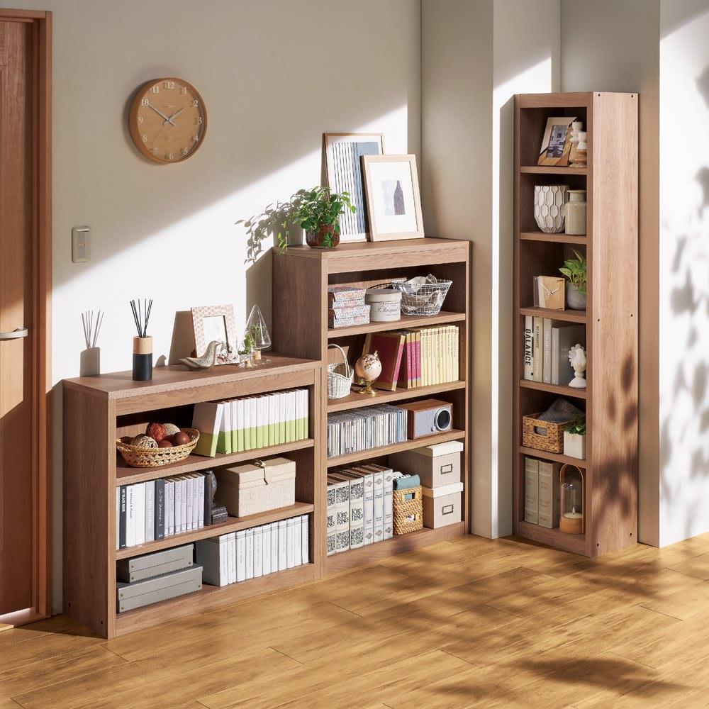 頑丈棚板がっちり書棚(頑丈本棚) ロータイプ 幅90cm コーディネート例(オ)オリジナルウォルナット 柱やスイッチを避けて設置できる多彩なサイズバリエーション。