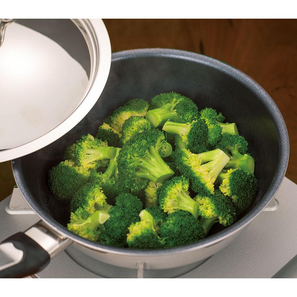 ビタクラフト特別4点セット 無水調理ができるのも大きな特徴。ブロッコリーも茹でずに、洗っただけのお水で茹でられます。旨味がお湯に流出しないので驚きの甘さに!肉じゃがなどの煮物も醤油やみりんなどの調味料だけで調理が可能なので食材本来の味が楽しめます。