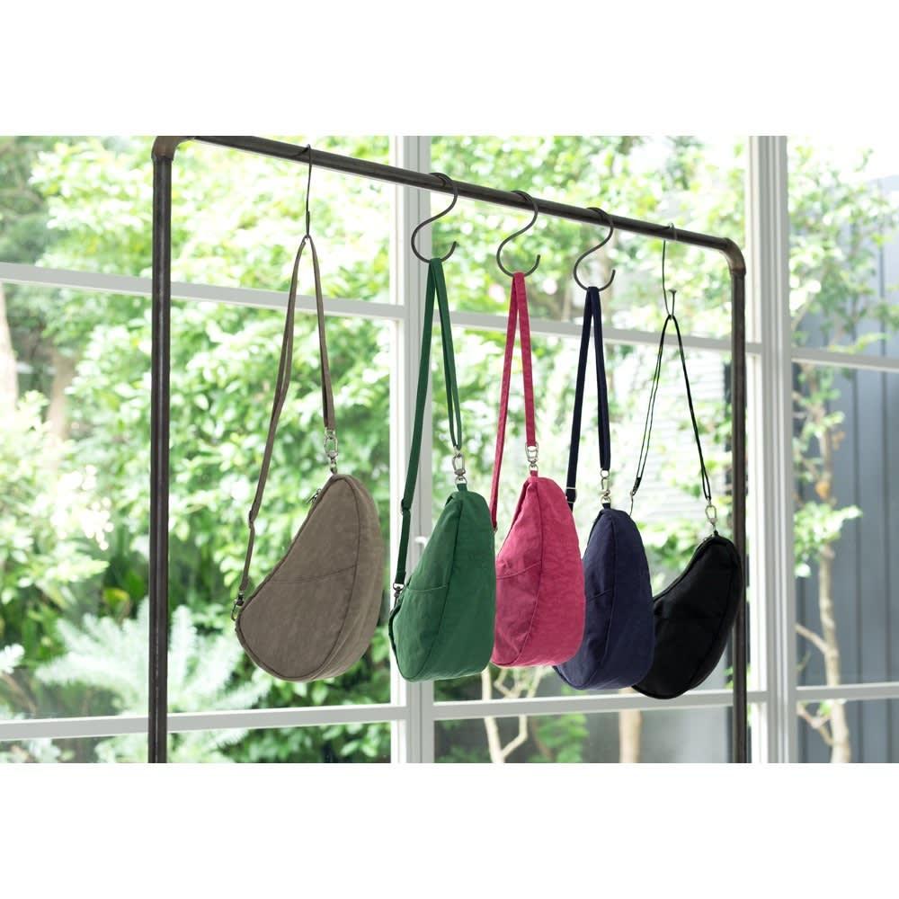 ヘルシーバックバッグ テクスチャードナイロン バッグレット 左からトリュフ 、グリーン 、クランベリー 、ブルーナイト 、ブラック
