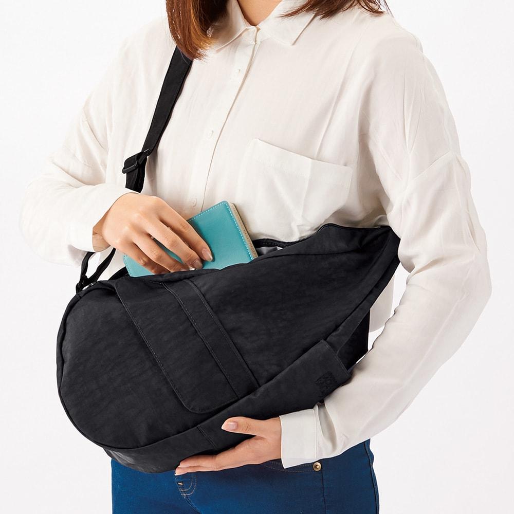 ヘルシーバックバッグ カレードスコープ(限定柄) コーディネート例 ぐるっと前に回せば、肩にかけたままでも出し入れが可能。