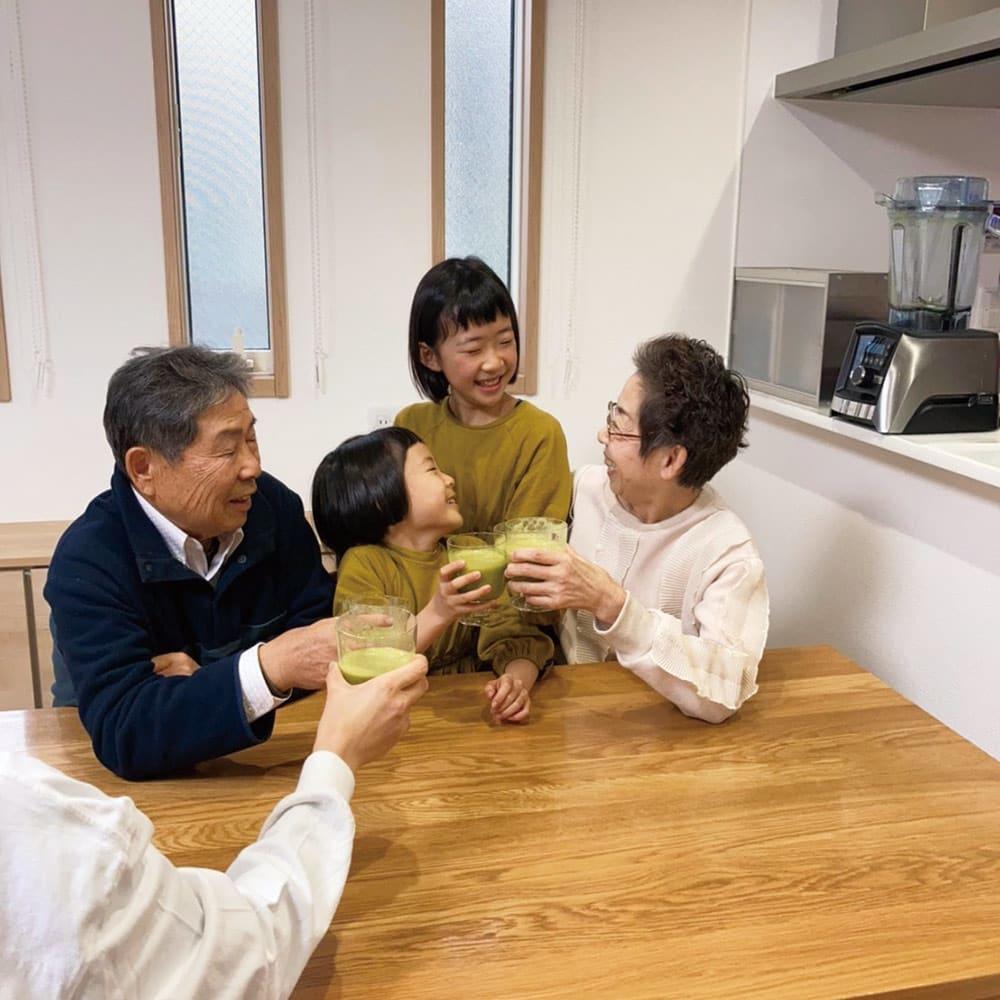 【10年保証付き】Vitamix/バイタミックス アセントA3500i 全自動タイプ 東京都山下様ご一家…家族6人分が一気に作れます!嬉しいのは野菜が苦手な子供もフルーツを入れたスムージーなら喜んで飲むことです。粉かく粉砕するので高齢の両親にもいいと思います。これから家族全員でスムージー生活を楽しみます!