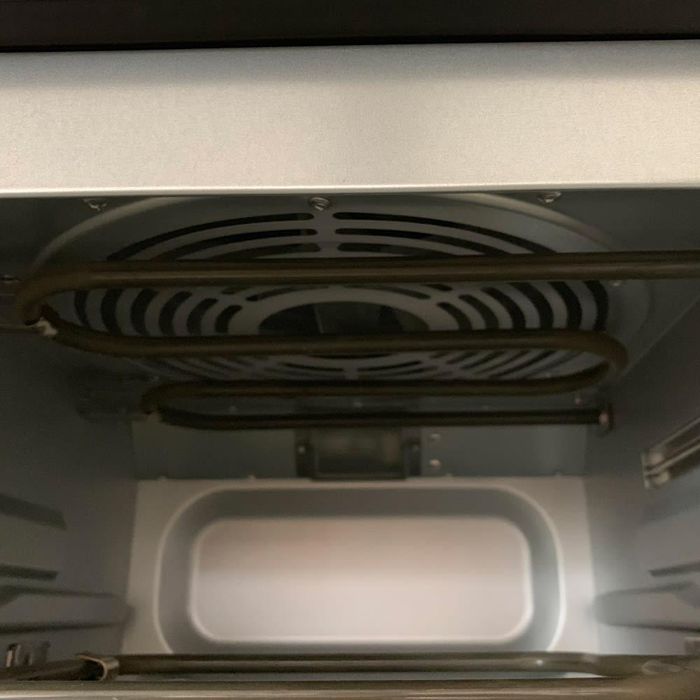 クイジナート エアフライオーブン トースター  アイボリー数量限定カラー 特典付き 本体上部には扇風機のようなファンが内蔵されています。これが回転することで熱風が庫内に充満します。