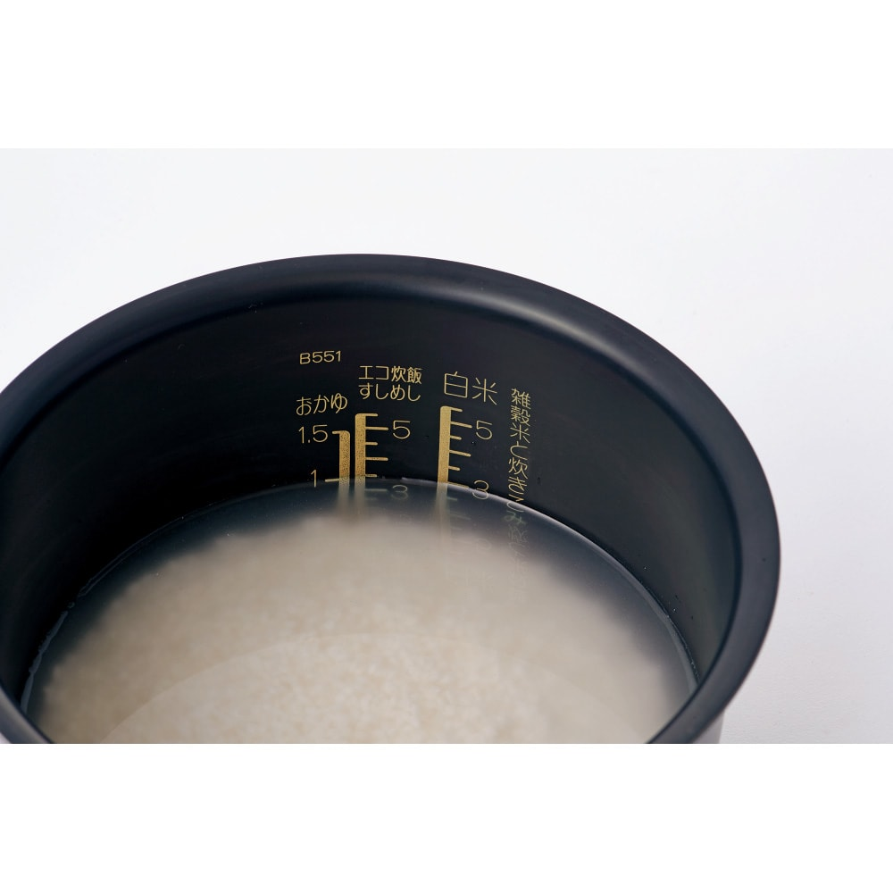 象印 STAN. /スタン IH炊飯ジャー5.5合 水位が見やすく合わせやすいはっきり目盛り。米と水を入れると目盛りの色が変わりはっきり水の量が見えます