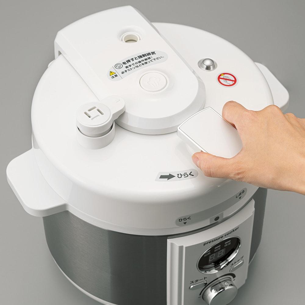 操作が簡単!マイコン式電気圧力鍋 容量2L 開閉しやすいようフタにはハンドル付き(サイズ:「容量2リットル」と「容量3.2リットル」では形状が異なります)。確実に閉まらないと作動しない、加熱中にフタを開けようとすると自動停止するなど7つの安全機能付き。