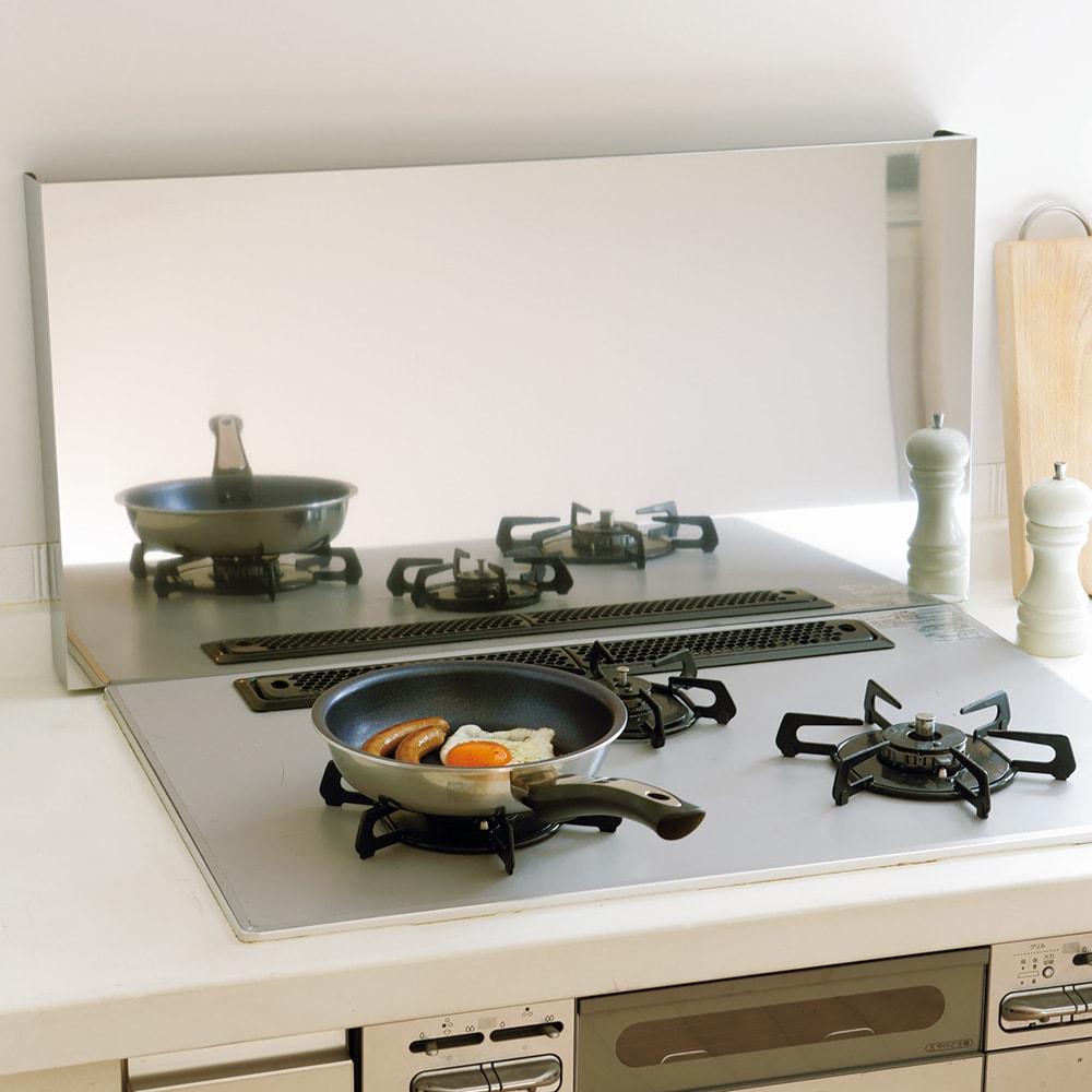 油はねガードにもなるコンロカバー 排気口カバー付き60cm用 油はねをガードすれば壁の掃除もラク。排気口の汚れもガードする排気口カバー付き。