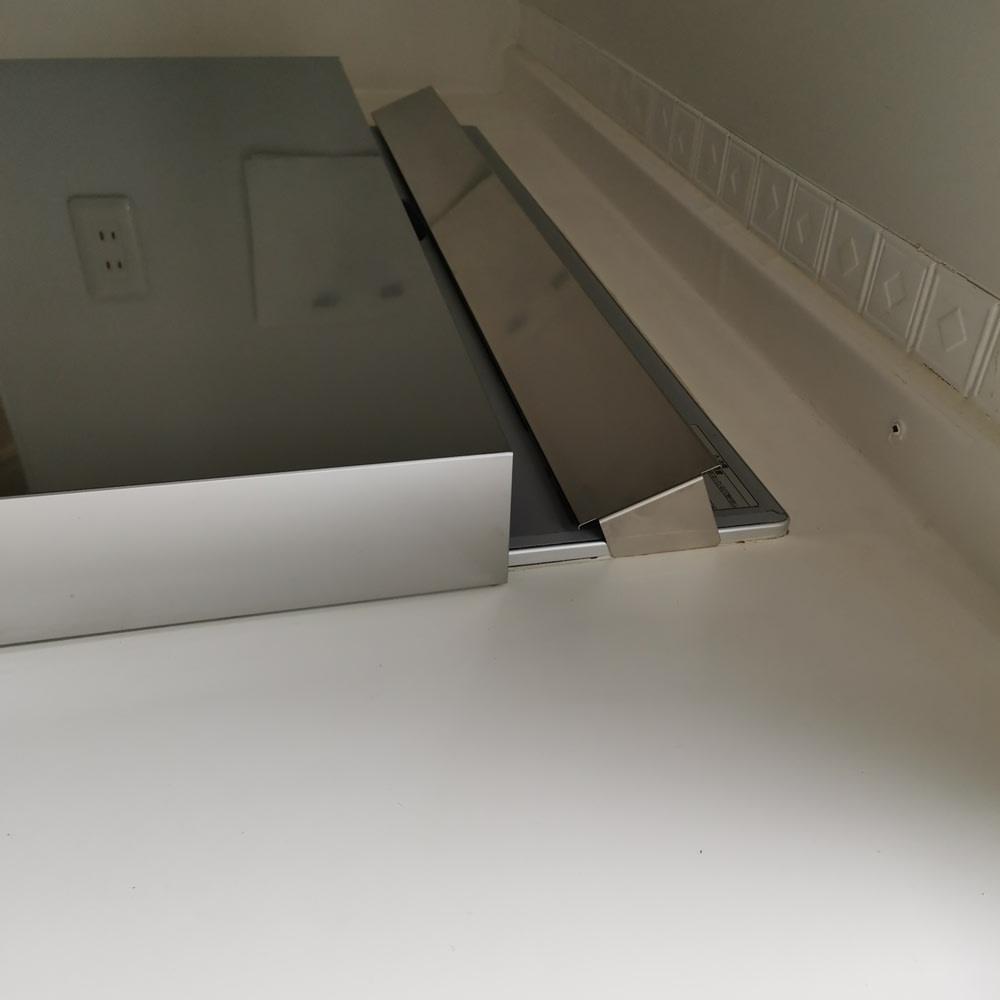 油はねガードにもなるコンロカバー 排気口カバー付き75cm用 排気口カバーは斜めの構造です。