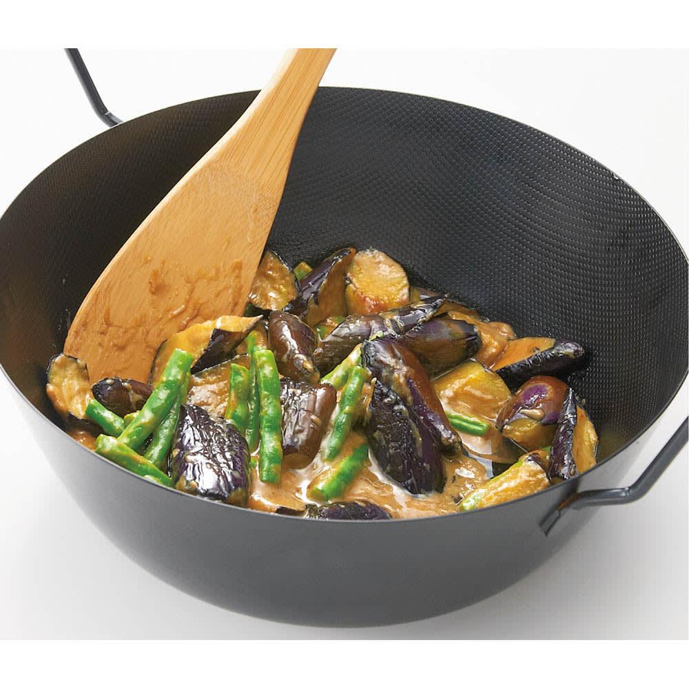 鉄の揚げ鍋3点セット 深さがあるので炒め煮や麻婆豆腐のような煮物にも役立ちます。
