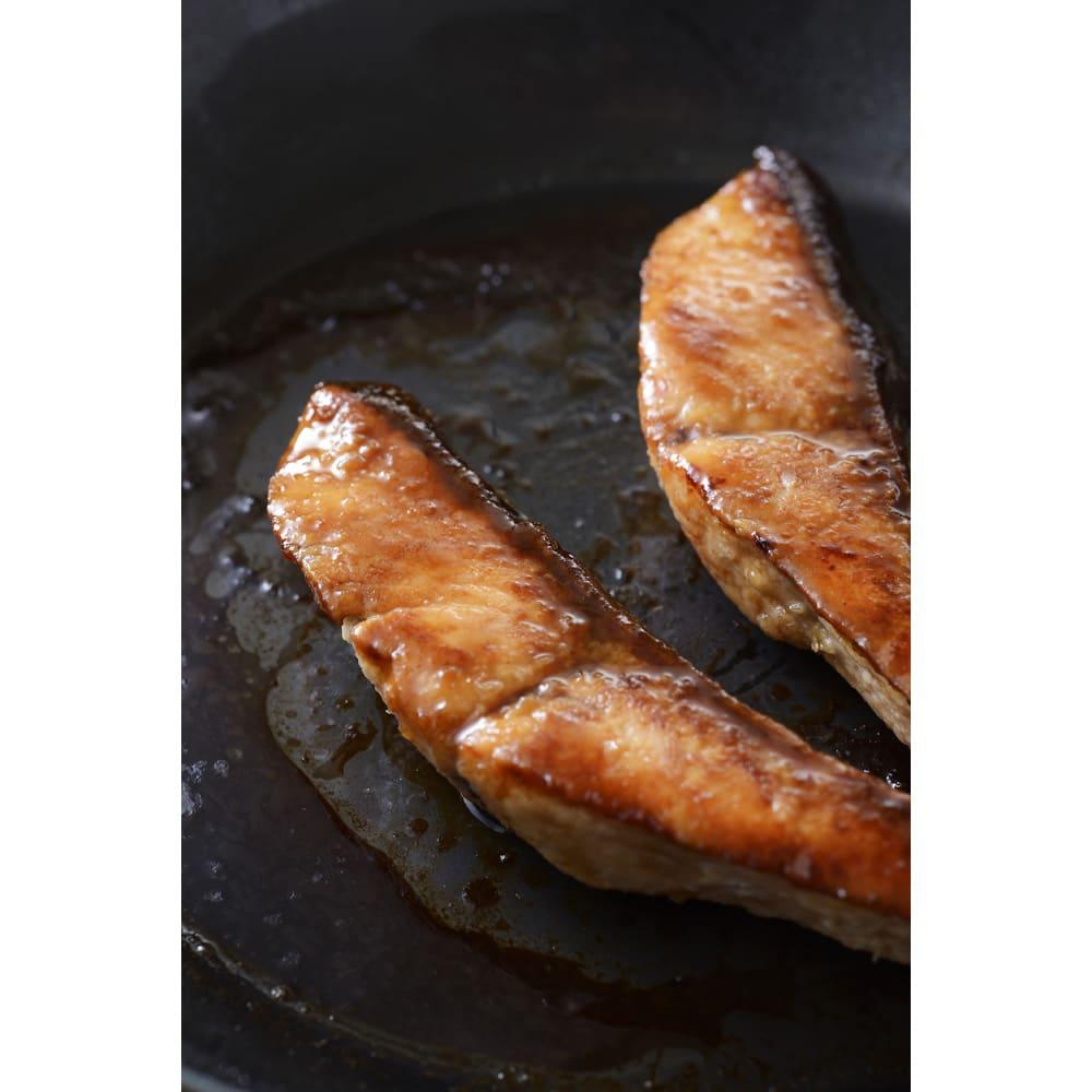 有元葉子の鉄のフライパン 片手径20cm 油なじみがよくこびり付きにくいので難しい皮付きの魚もきれいに焼けます。