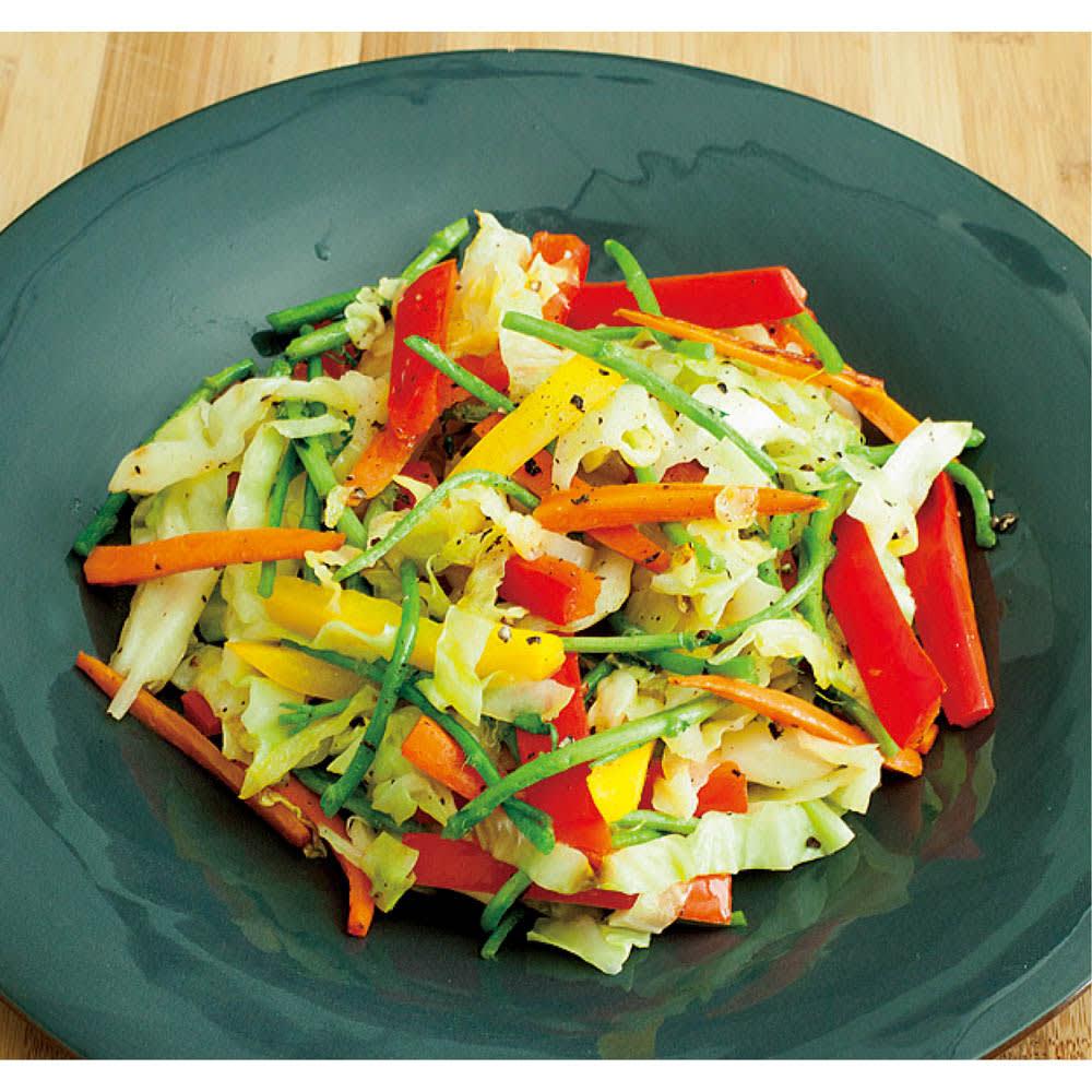 有元葉子の鉄のフライパン 片手径20cm 「フライパンの底に野菜を広げたら、あまりいじらずに焼くようなつもりで炒めます。高温の鉄のフライパンで短時間で炒めた野菜は、色鮮やかで、とにかく甘い!」