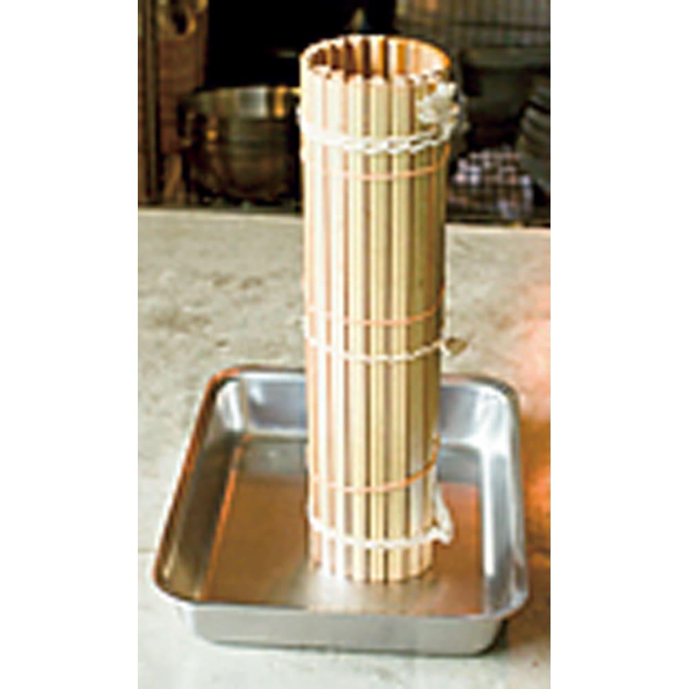 有元葉子の鉄のフライパン 卵焼き器 巻き終わったら輪ゴムでしっかり留めてバットなどに立てて冷ますと汁が中にたまらないですよ。
