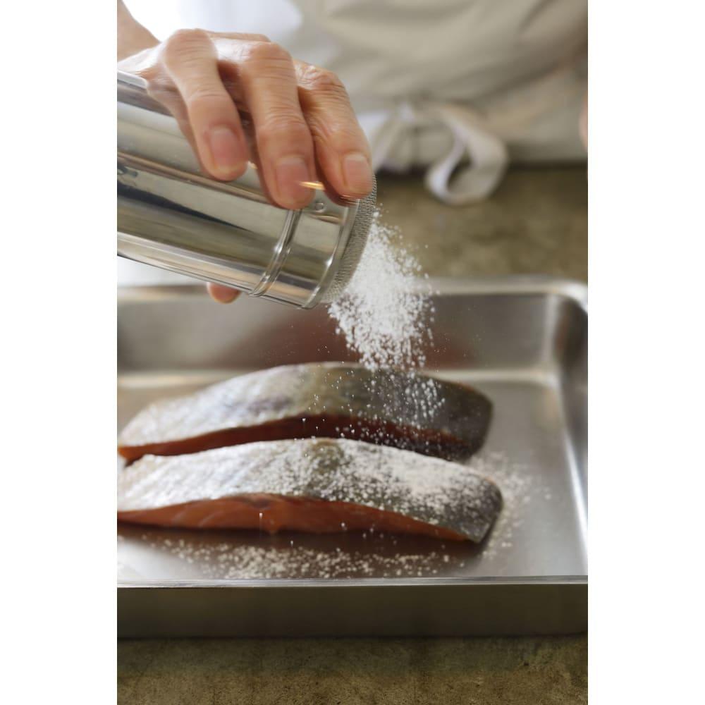 有元葉子 la base ラバーゼ  パウダー缶 本当にきれいに均一に付けることができます。あまりにもきれいで楽しいので粉を付ける料理が増えてしまいそうです。