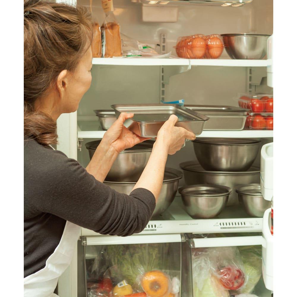 有元葉子のラバーゼ ボウル3点+プレート3枚セット 元気のなかった青菜も、ボウルセットに入れてプレートでフタをして冷蔵庫に数時間入れておけば、元気によみがえります。「こうしておくと、1週間は平気でもってくれます。サラダにする野菜も、炒めたりゆでたりする野菜も、うちではたいていこの方法で保存しています」