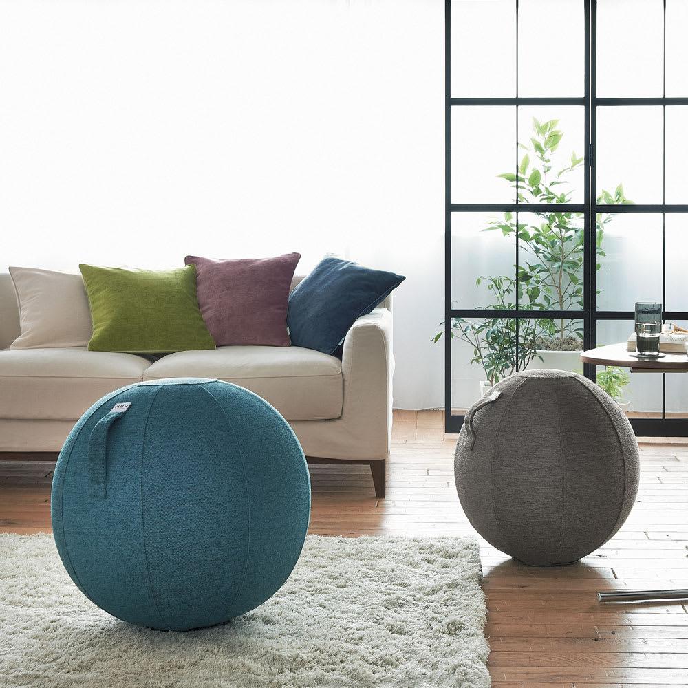 バランスボール VLUV/ヴィーラブ ファブリックシーティングボール(直径55cm/直径65cm) コーディネート例 左から(イ)ブルー、(ア)チャコールグレー