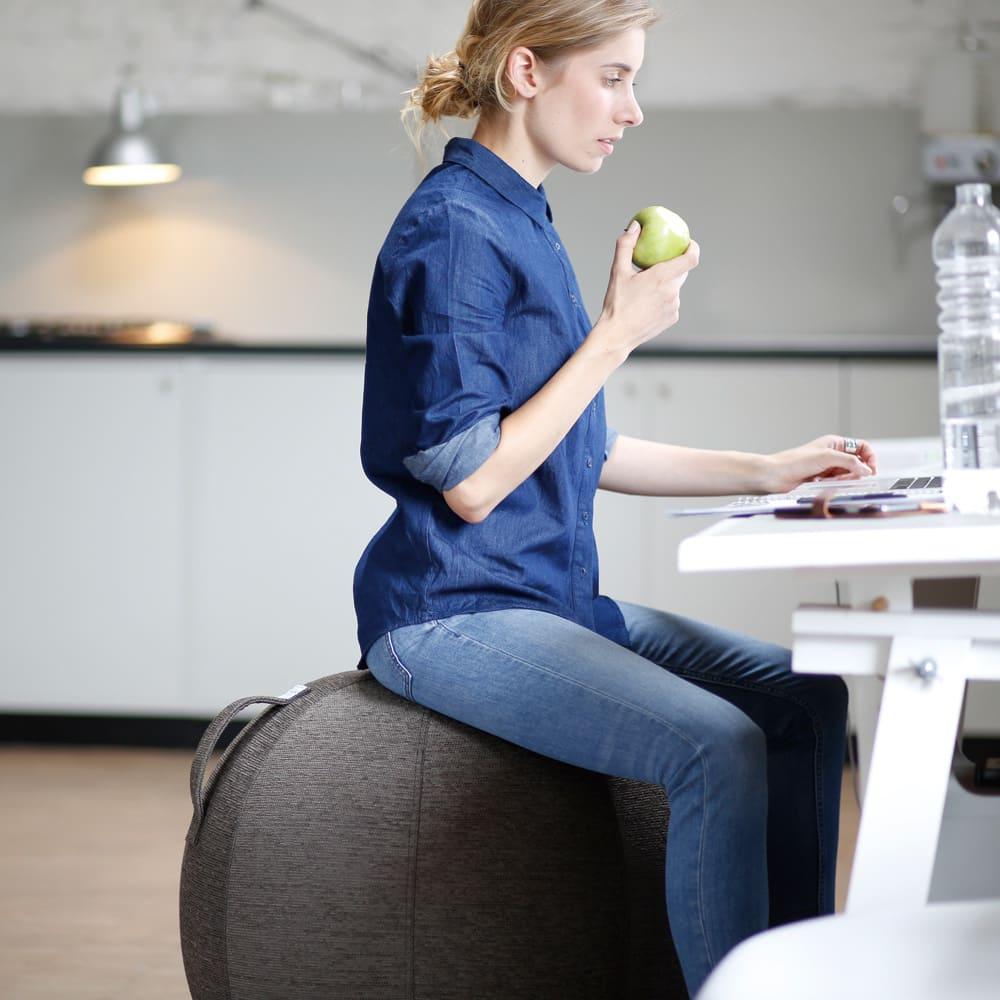 バランスボール VLUV/ヴィーラブ ファブリックシーティングボール(直径55cm/直径65cm) 一般のPVボールに比べ真っ直ぐに座りやすく、転がりにくい構造。バランスを意識して座ることで、真っ直ぐで健康的な姿勢をサポートします。