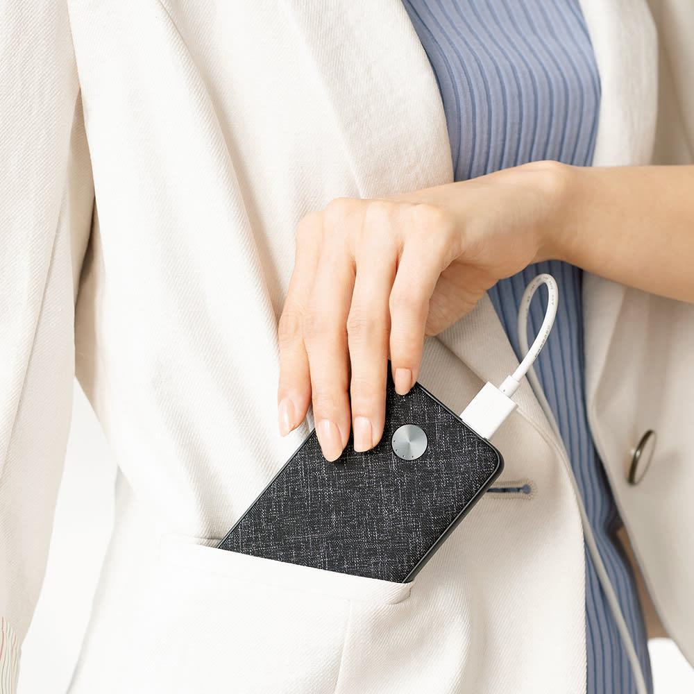 パーソナルネッククーラー バッテリーをポケットに入れれば移動時も使えます。※モバイルバッテリーは別売りです。
