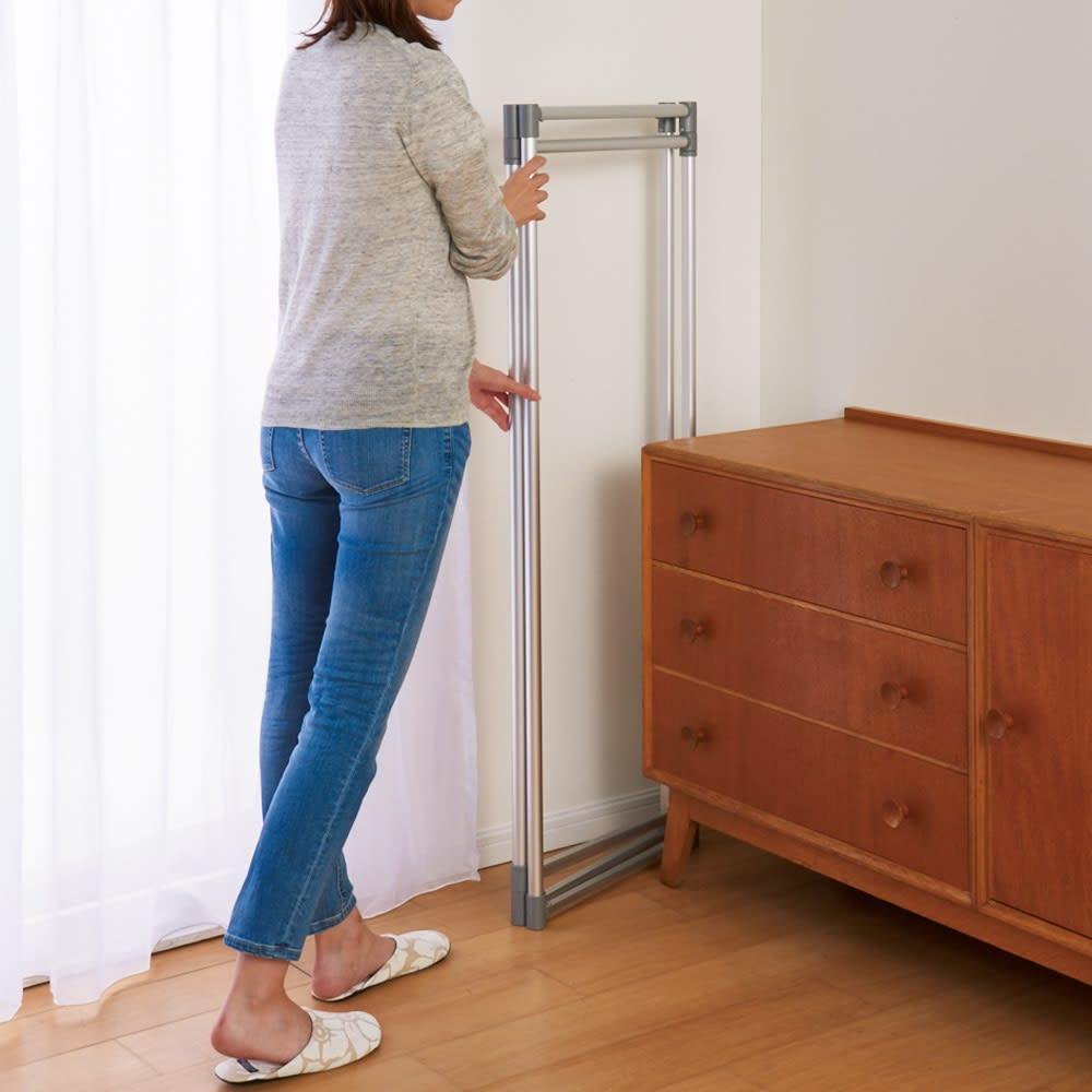 スタイリッシュアルミ物干し 3連 折りたたんで家具のすき間に収納できます。