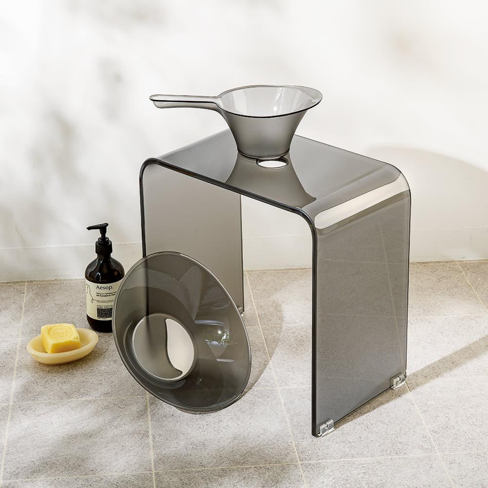 フォスキア バスシリーズ バスチェア コーディネート例 (ウ)グレー ※写真はバスチェアL。洗面器と手桶は商品に含まれません。