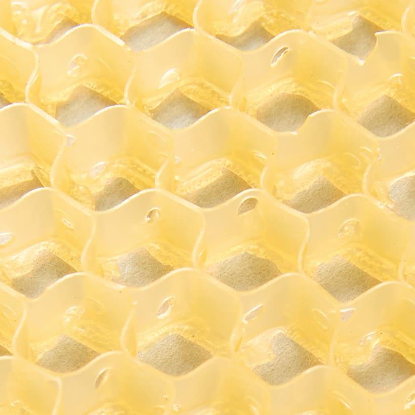 スプラコール ハニカムスポンジ ボディ用 蜂の巣みたいな六角形の穴がびっしり。蜂が巣へ蜜をため込むように、1つ1つの穴が汚れをしっかりキャッチします。