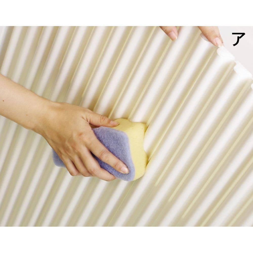 溝の奥まで洗いやすい カラーウェーブ抗菌風呂ふた ウェーブ状で溝の奥が広がっているため折り曲げなくても、溝の奥まで洗いやすい。