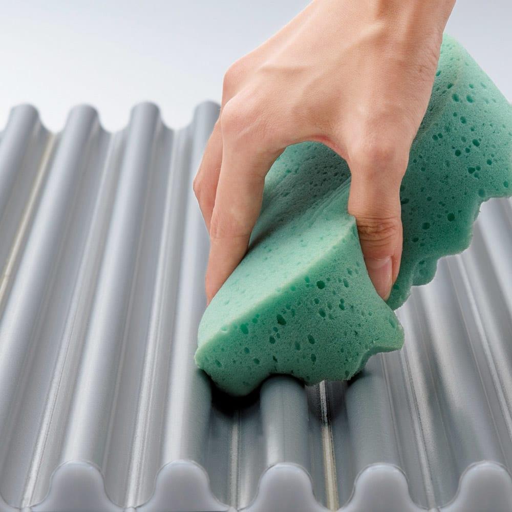 溝の奥まで洗いやすいカラーウェーブ抗菌風呂ふた 奥行85cm×幅~117cm迄 溝の奥が広がっているため、折り曲げなくても溝の奥まで洗えます。